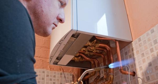 Le chauffagiste pour l'installation d'une pompe à chaleur